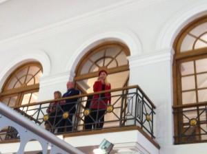 """""""I will always love youuuu!"""" vom Balkon. Zur Eröffnung der Messe mit den Veranstaltern Renate Niebauer und Ernst Mader und dem Oberbürgermeister Regensburgs Joachim Wolbergs."""