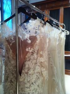 Schut her! Das Brautkleid bildet vor Sehnsucht nach seiner Braut schon ein beigefarbenes HERZ im Innenausschnitt.