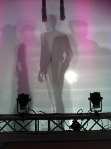 Er bekommt den besten Anzug ever! Im Moment sieht ihn die Traumeisterin nur durch die Schattenwand...schade...