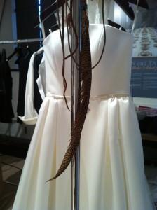 Der neue Boho-Style kann Brautkleid mit Federschmuck. Nur Fliegen ist schöner!