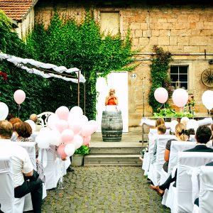 Traurednerin Anja Hackl spricht auf einer Hochzeit in München