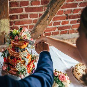 Hochzeitsrednerin Anja Hackl - das Brautpaar schneidet die Torte an