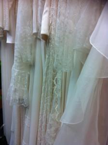 Jede Menge Kleider zur Braut warteten auf Modenschauen und vorfreudige Bräute.