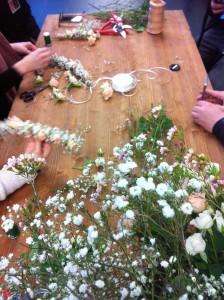 Apropos Blütenduft. Die Bräute durften ehrgeizig selbst ihre Kränze fürs Brauthaar binden. Sehr boho-schick.