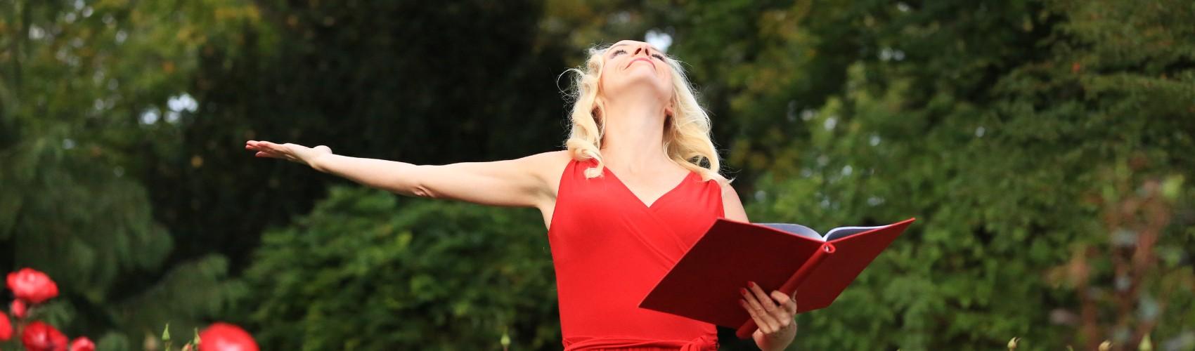 Trauredner München, Traurednerin Anja Hackl, spricht ung singt auf Eurer freien Trauung